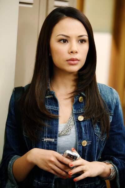 Janel Parrish est Mona dans la série, le souffre douleur d'Alison...
