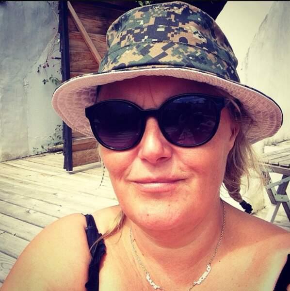 Valérie Damidot vous envoie des bisous avec son chapeau militaire