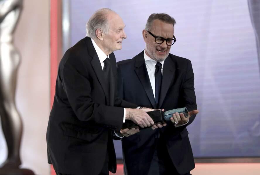 Tom Hanks a remis à Alan Alda un prix récompensant l'ensemble de sa carrière
