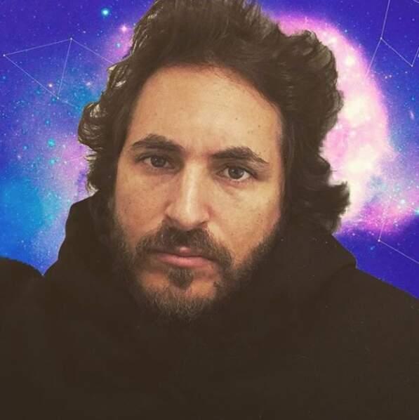 Le chanteur Mickael Miro et son fond intergalactique