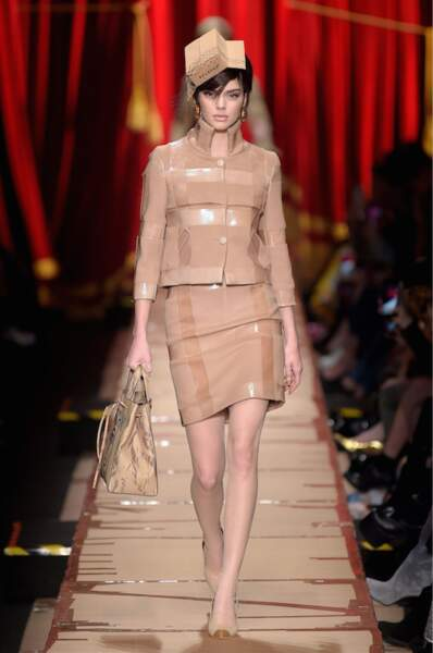La demi-soeur de Kim Kardashian a défilé dans une tenue en carton