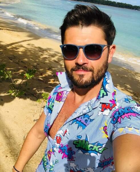 Christophe Beaugrand a déboutonné sa chemise en République Dominicaine.