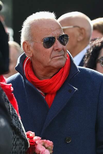 Michel Fugain cache ses yeux rougies de chagrin derrière des lunettes de soleil