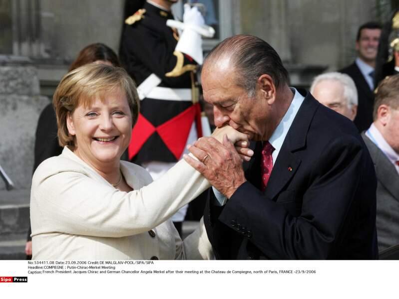 ... mais pas aussi chaleureuse qu'avec Angela Merkel. Oh, ce baise-main !!!