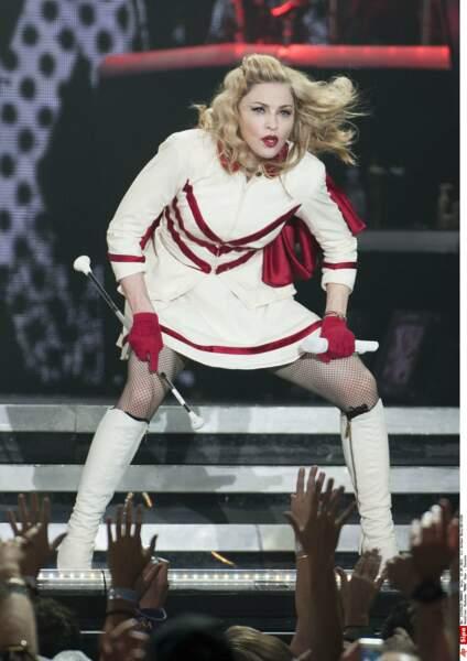 """En 2012, elle ose le look """"school girl"""" sur scène..."""