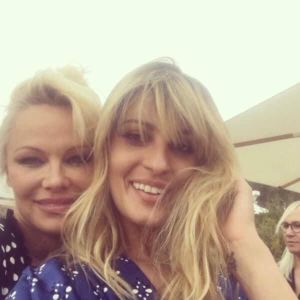 Sveva Alviti a trouvé une autre blonde sur la Croisette... mais oui, c'est Pamela Anderson