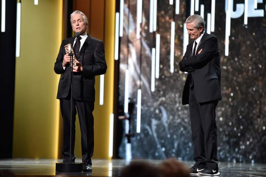Michael Douglas a reçu un César d'honneur des mains de Claude Lelouch