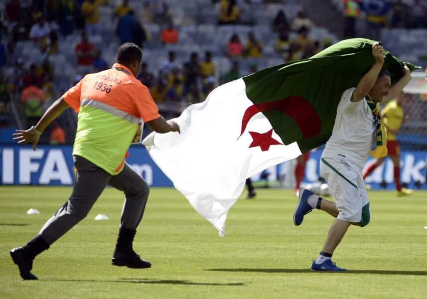 Pour ce supporter algérien, échauffement des joueurs ou pas, il est toujours temps d'entrer sur la pelouse