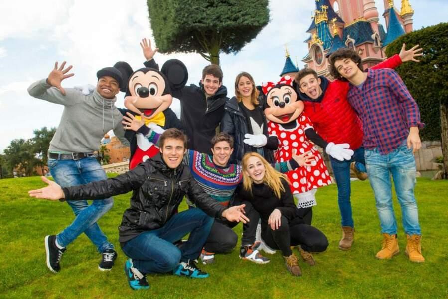 Une bien jolie photo de famille avec toute la troupe de Violetta aux côtés de M et Mme Mouse