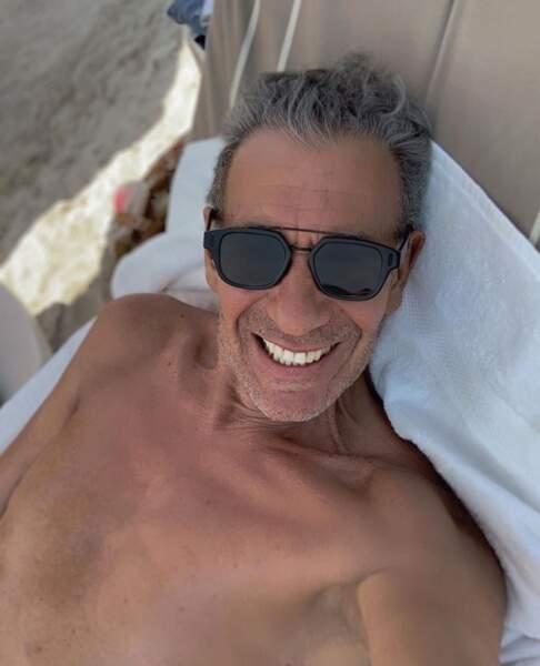 Un peu de sexy avant de nous quitter : François Feldman a fait tomber la chemise.