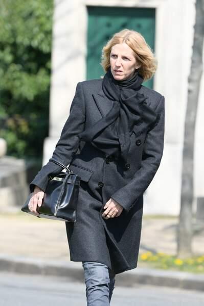 Sandrine Kiberlain arrive au cimetière du Montparnasse