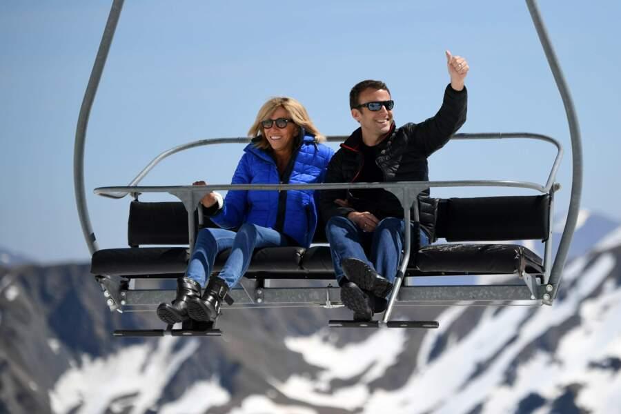 Tout sourire, le couple Macron a même fait un tour de télésiège
