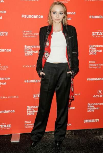 Lily Rose Depp qui, en plus du physique, a la même attitude que sa mère.