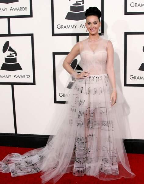 La robe très TRES originale, en inspiration partition, de Katy Perry