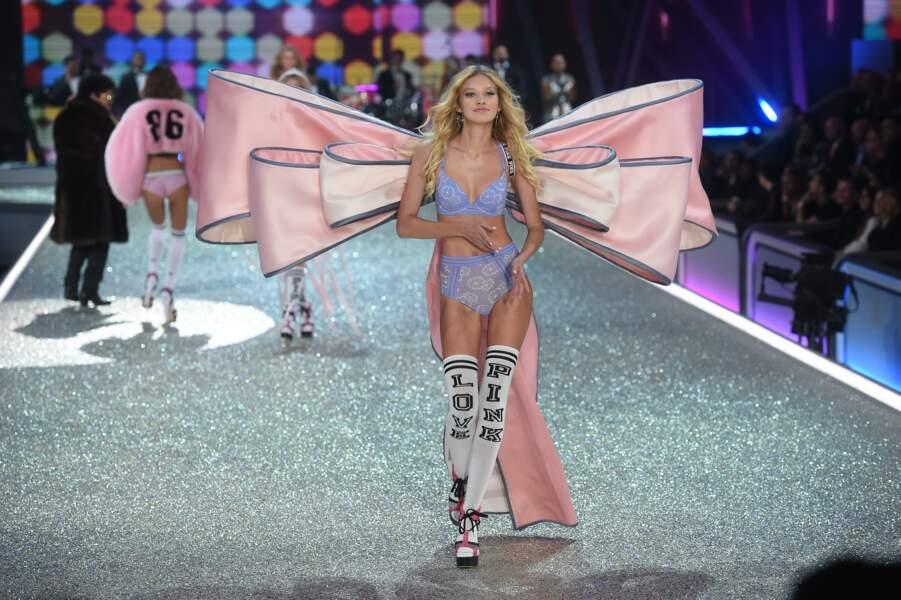 Ni de cet énorme nœud, alors que les modèles plus sport de Victoria's Secret étaient présentés.