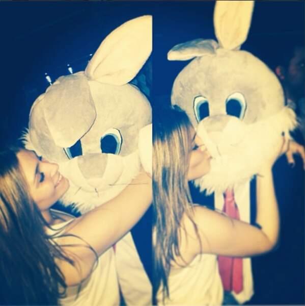 Clara de Secret Story 7, elle, s'éclate avec un lapin