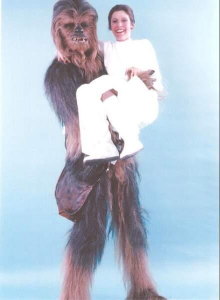 Princesse Leia, toute petite dans les bras de Chewbacca