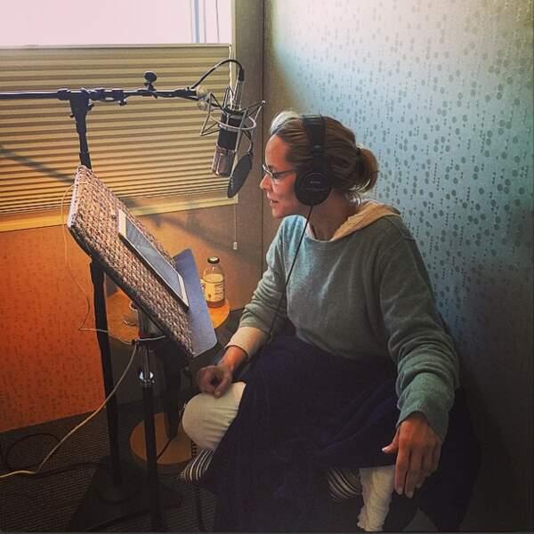 La comédienne enregistre un album ? Pas du tout, une séance de lecture de son livre. On ne peut pas tout faire !