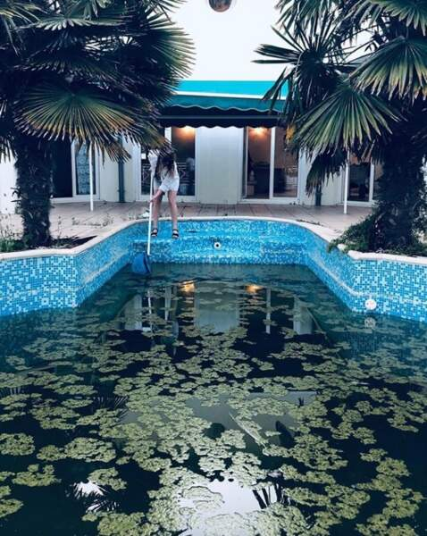 La pêche à l'épuisette dans une piscine : en voilà une excellente idée de Lolita Séchan !