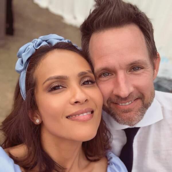 Heureux d'être au mariage, Lesley-Ann Brandt et son mari en ont profité pour faire des selfies en souvenirs