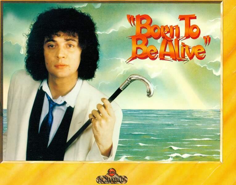 """Dans les années 80, Patrick Hernandez chante """"Born to be alive"""" habillé comme dans Orange Mécanique."""