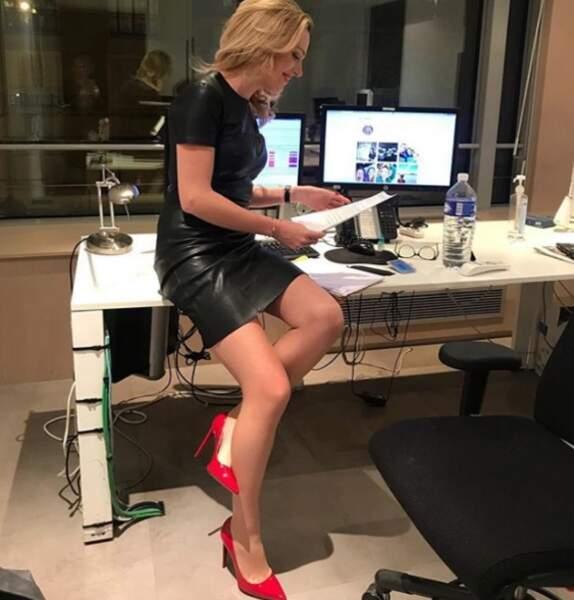 Viky est une reine du style ! La preuve avec cette jolie robe et ces escarpins rouge
