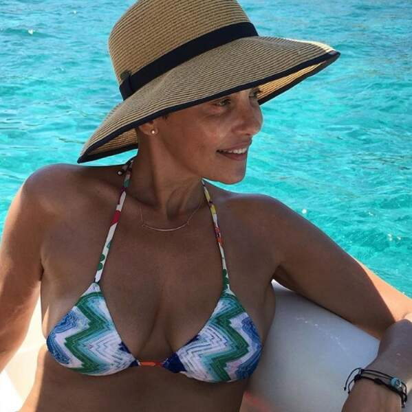 La soublaïme Cristina Cordula au bord de la piscine
