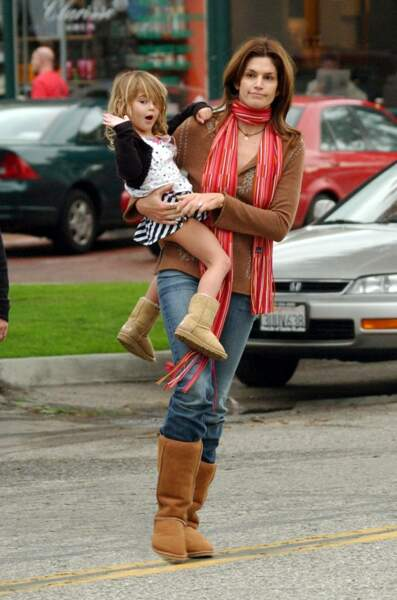 Kaya Gerber à Malibu en 2005, dans les bras de sa magnifique maman Cindy Crawford