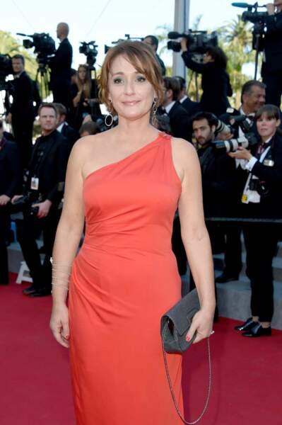 Daniela Lumbroso, dans une jolie robe orange asymétrique