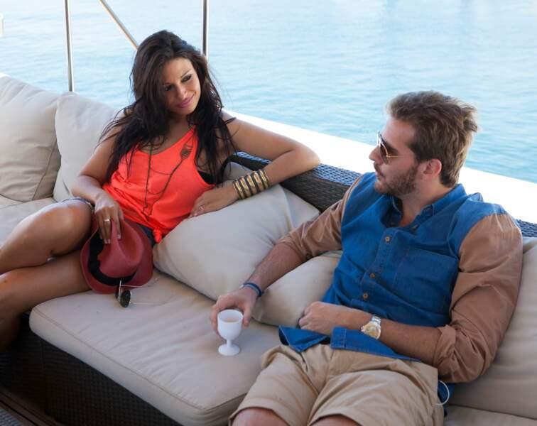 Livia a déjà pris goût au luxe et s'est procuré tous les accessoires de jet-setteuse