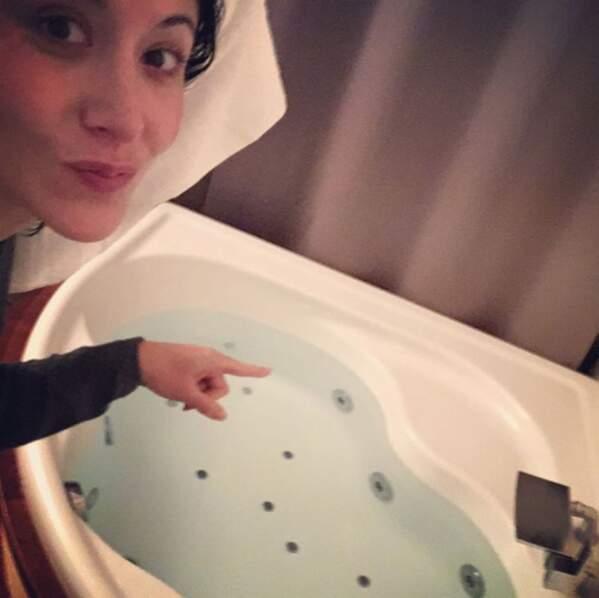 Le remède de Fabienne Carat contre le froid : un bon bain chaud !
