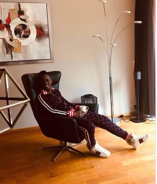 Black M représente le hip-hop avec sa pause boisson chaude, importante pour rester au chaud !