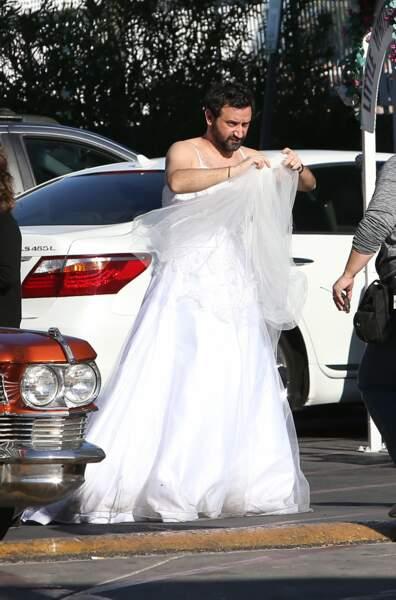 Tandis que Cyril Hanouna tente de se dépêtrer de son voile de marié...