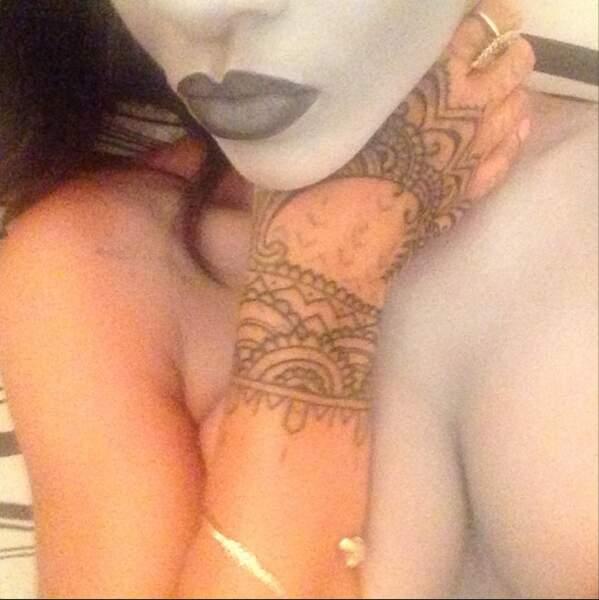 Les mains de la chanteuse sont également tatouées