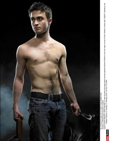 Bon, la mode c'est pas son truc. Alors Daniel Radcliffe préfère jouer tout nu au théâtre !