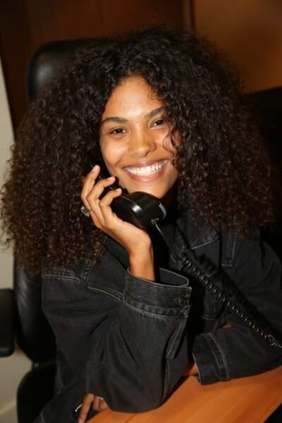 La compagne de Vincent Cassel, Tina Kunakey, s'est armée de son plus beau sourire pour jouer les traders !