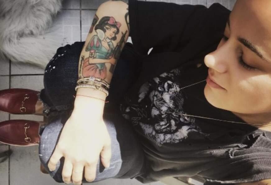 Alizée nous a montré son tatouage en hommage à Blanche-Neige (armée jusqu'aux dents).
