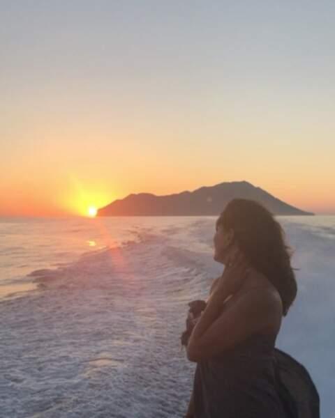 Eva Longoria porte un regard nostalgique sur les derniers rayons du soleil...