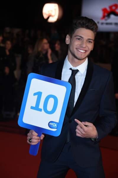 Rayane Bensetti donne une belle note aux fans présents autour du tapis rouge des NRJ Music Awards