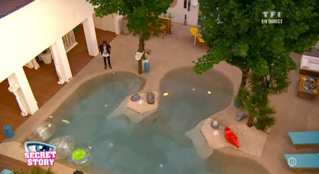 Mission réussie pour Gautier qui devient le secret commun de tous les habitants. Trop belle la piscine non ?