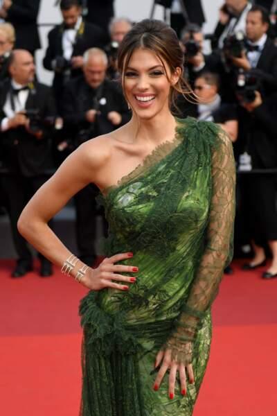 Iris monte les marches pour le 70ème Festival de Cannes, pour assister à la première Les proies, en mai 2017