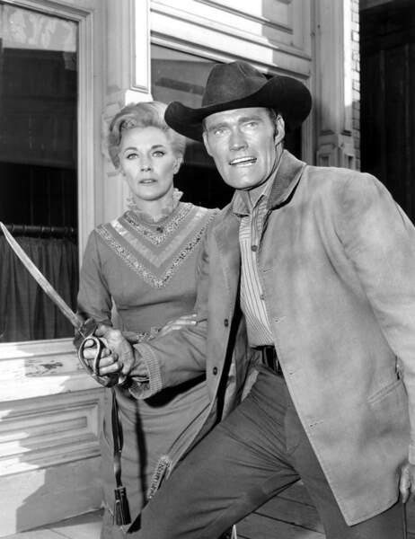 Jeanne Cooper et chuck connors dans la série Le Proscrit.