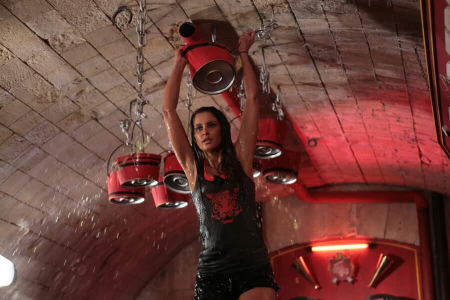 Malika Ménard, Miss France 2010, fait également partie du casting... Il semble qu'elle ait pris l'eau...