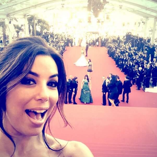 La pro du selfie sur tapis rouge.