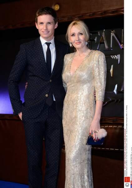Eddie Redmayne, très classe en costume bleu nuit, a posé avec J. K. Rowling, qui brillait de mille feux