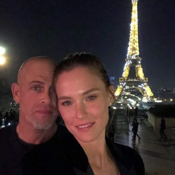 Bar Refaeli et son mari Adi Ezra jouaient les touristes à Paris.
