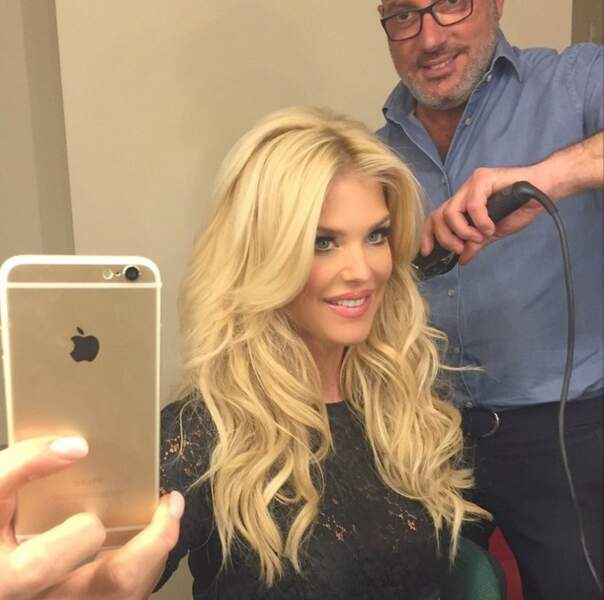 Attention Victoria Silvstedt ! Ne brûlez pas vos cheveux en prenant des selfies !