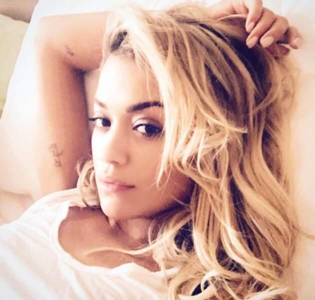 Petit selfie au lit pour Rita Ora.