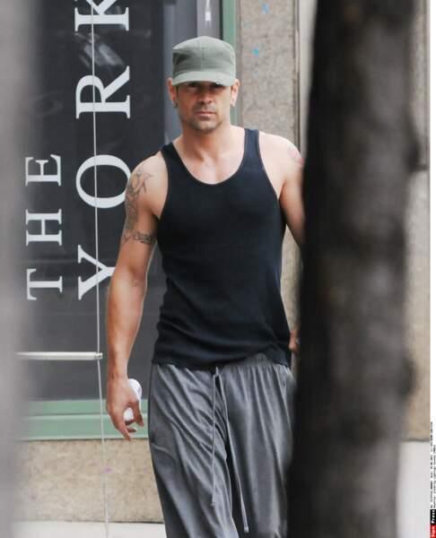 Colin Farrell (True Detective), lui, préfère aux robes, les marcels pour exhiber ses bras musclés et tatoués