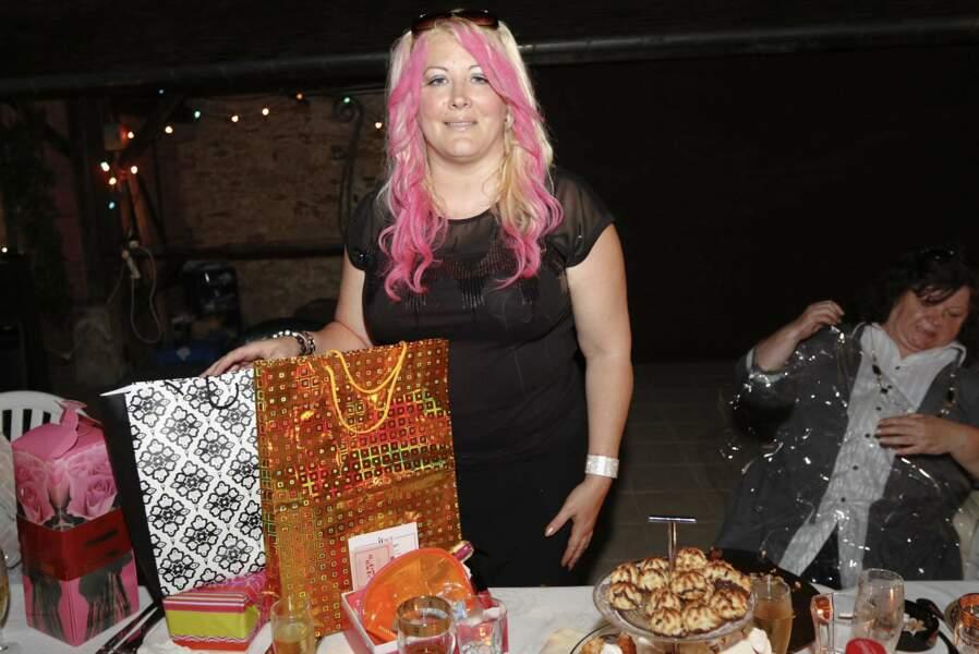 ... avant d'ouvrir ses cadeaux ! Joyeux anniversaire Loana
